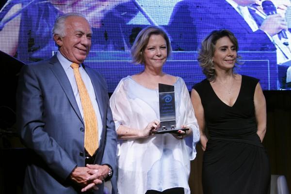 O presidente da Fecomércio, Adelmir Santana, com Eliane Cantanhêde, que ganhou como a 'Melhor Coluna', com a Em pauta na GloboNews, e a presidente do Instituto Palavra Aberta, Patrícia Blanco.